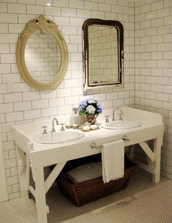 Una buena idea: dos espejos en el baño diferentes