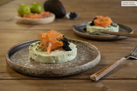Timbal de aguacate, crema de queso de cabra y salmón, receta de entrante fácil y listo en 10 minutos (con vídeo incluido)