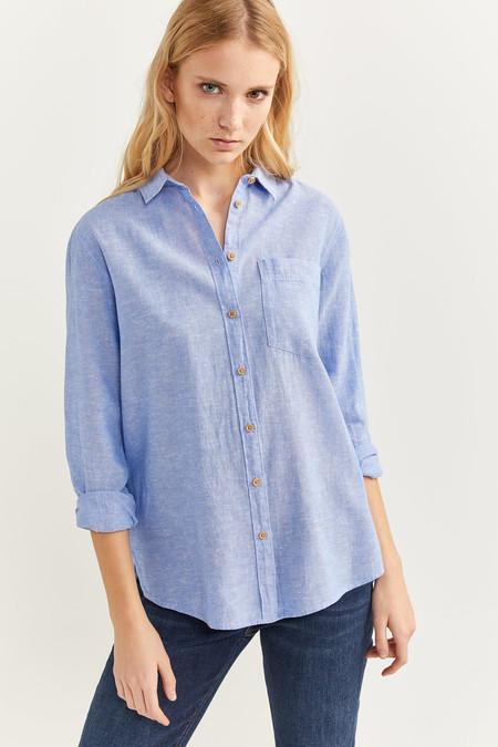 Camisa de lino de manga larga con cuello con solapa, un bolsillo a la altura del pecho y botones.