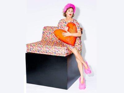 Rossy de Palma, Agatha Ruiz de la Prada y 8 creativos más visten el sofá más icónico de Roche Bobois