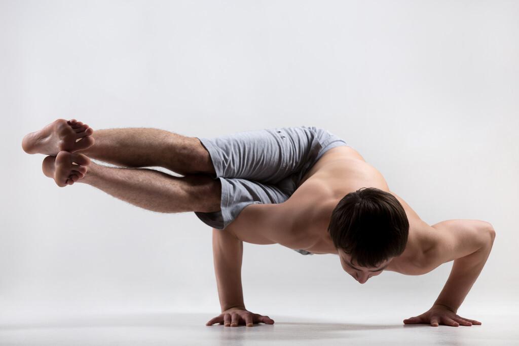 Tres ejercicios para fortalecer tus brazos en casa y facilitar las posturas invertidas de Yoga
