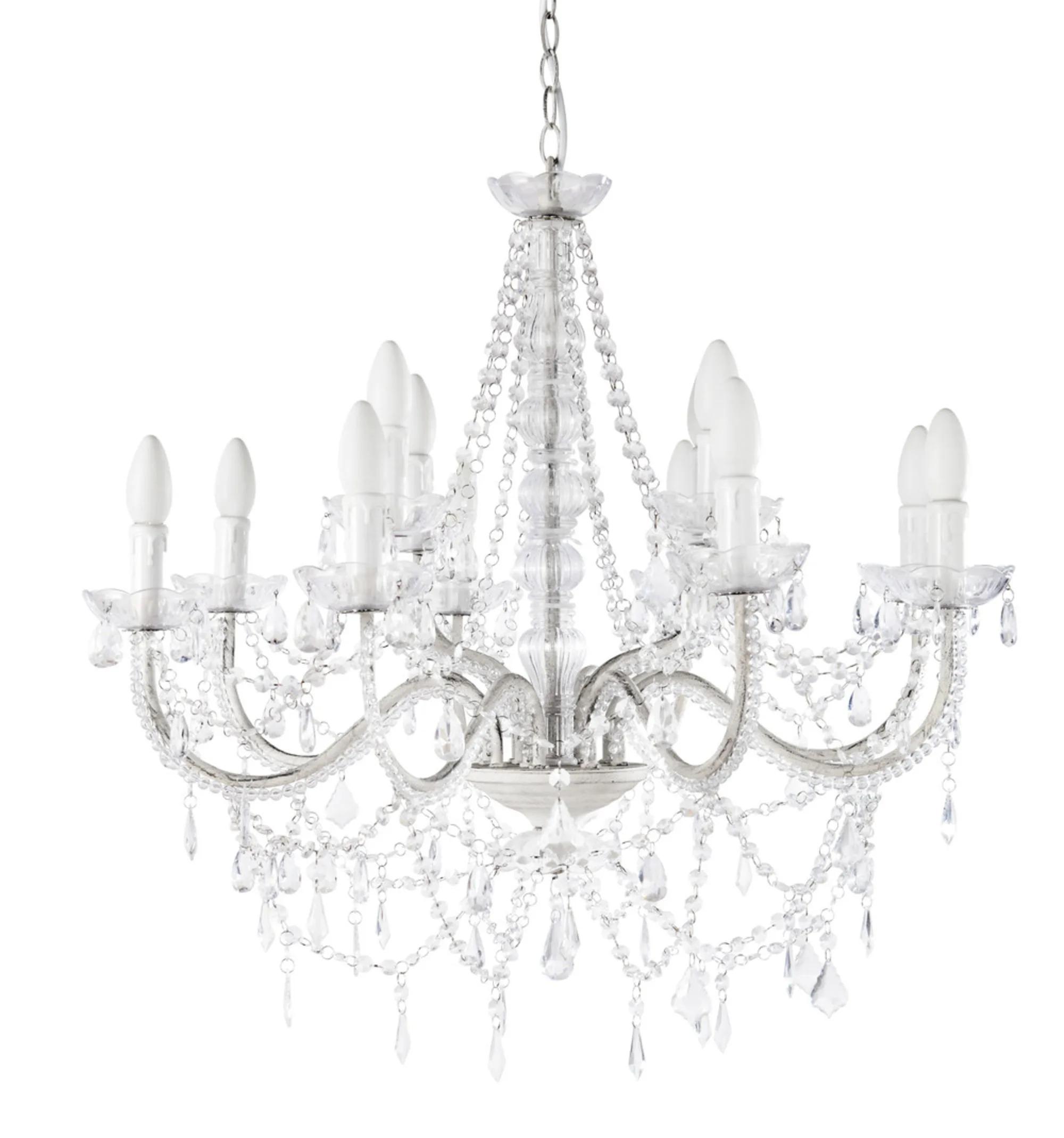 Esta magnífica araña creará una decoración real en tu interior gracias a sus 12 ramas de curvas delicadas y a sus adornos de pasamanería similares a pequeñas perlas de aspecto cristalino.