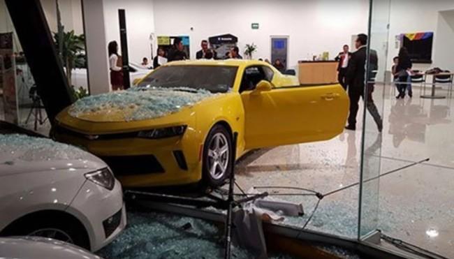 Dolorpasión™: menor de edad choca un Camaro 2017 en el interior de una agencia del Estado de México