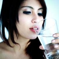 Comer fruta después  de comer y beber agua en la comida engorda. ¡Mitos al poder!