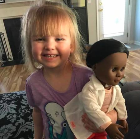 Una niña de dos años da una lección a la cajera que discriminó a su muñeca negra