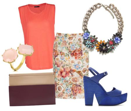 Look con camiseta coral y falda de flores