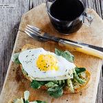 Huevos con aguacate sobre pan tostado. Receta para el desayuno