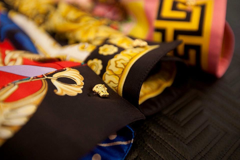 Foto de Versace se pone las pilas y re-edita sus clásicas camisas de seda estampadas  (8/8)