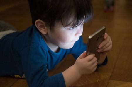 Los niños menores de dos años no deberían tener acceso a las pantallas de los móviles, según la OMS