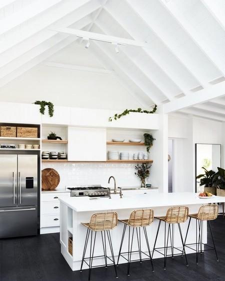 21 taburetes para tu isla de cocina para que encuentres el que más se ajusta tu estilo