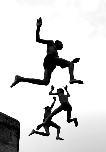 Niños saltando en el aire