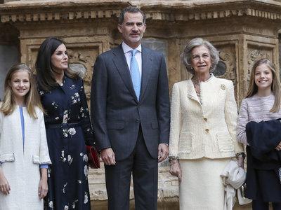 El look de la Misa de Pascua de Doña Letizia: la reina se apunta a la tendencia de los vestidos camiseros