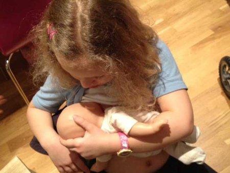 Facebook retira fotos de niñas simulando dar el pecho a sus bebés (y se disculpa)