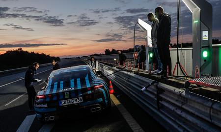 El Porsche Taycan está en plena forma: temperaturas infernales y 24 horas a fondo en el circuito de Nardó