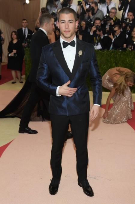Nick Jonas, ajustado