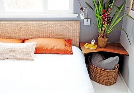 Mesilla de un dormitorio naranja.