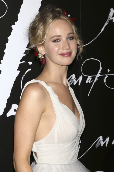 Jennifer Lawrence se viste de novia radiante en el estreno de 'Mother' en Nueva York