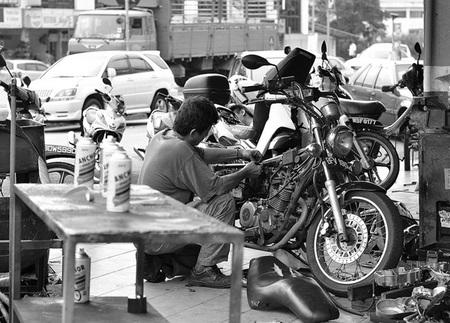 Reparando la moto