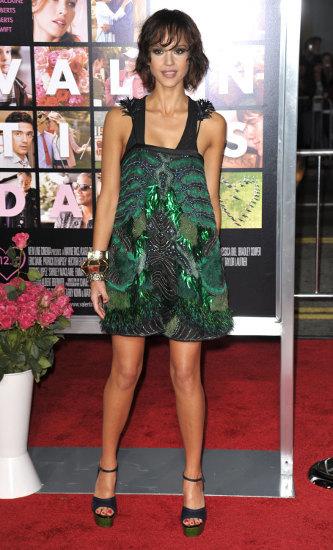 Jessica Alba y su nuevo look en el estreno de Valentine´s Day