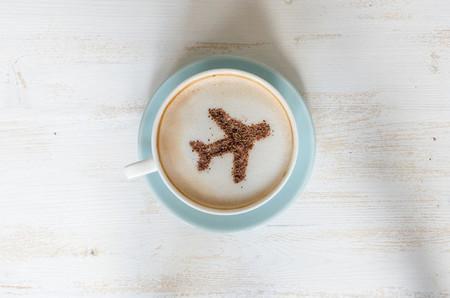 Estas son las razones por las que un café en un avión sabe a cualquier cosa menos a café
