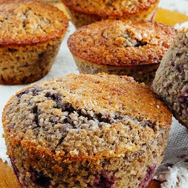 Muffins de avena y frutos rojos. Receta para desayuno o postre