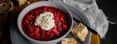 Cómo hacer borsch, la deliciosa sopa de remolacha ucraniana que ha traspasado fronteras (receta con vídeo incluido)