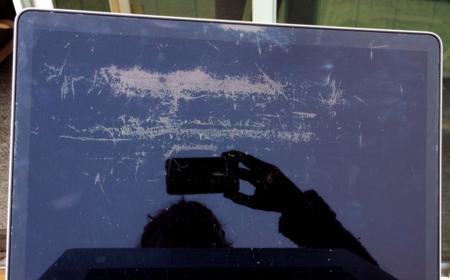 """Los usuarios se organizan ante el """"staingate"""": aparecen manchas en las pantallas de los MacBook Pro"""