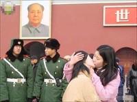 Besos transgresores en Tiananmen