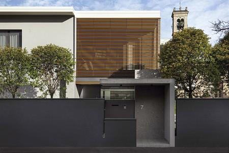 Interior y exterior comparten materiales y líneas muy definidas en esta casa de Bérgamo
