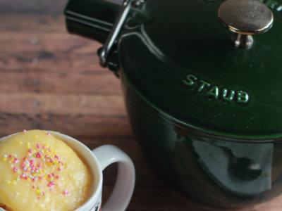 Mug cake de yogur ideal para desayunos y meriendas. Receta