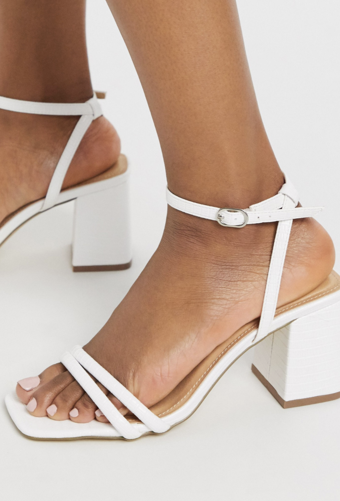 Sandalias blancas de tacón medio con tiras finas y puntera cuadrada de Truffle Collection