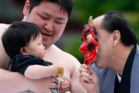 Bebé llorón en Japón máscara