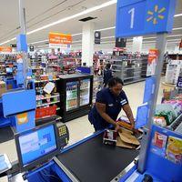Walmart quiere implementar un sistema de vigilancia basado en audio para medir el rendimiento de sus empleados