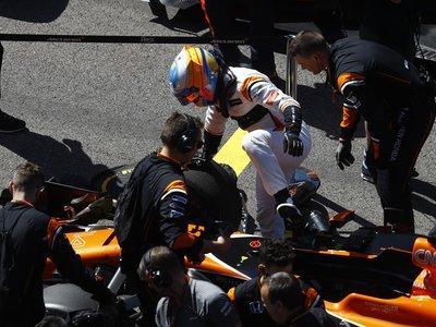 Fernando Alonso pasa ya más tiempo fuera del coche, que dentro