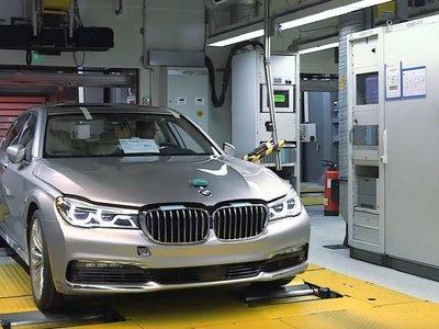Este vídeo de cómo se fabrica el BMW Serie 7 es de 2015, dura 12 minutos y no tiene música ni letra, pero lo está petando