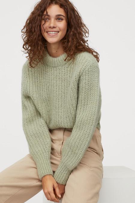 Jersey corto de manga larga en punto de mezcla de alpaca suave. Escote, puños y bajo en punto de canalé.