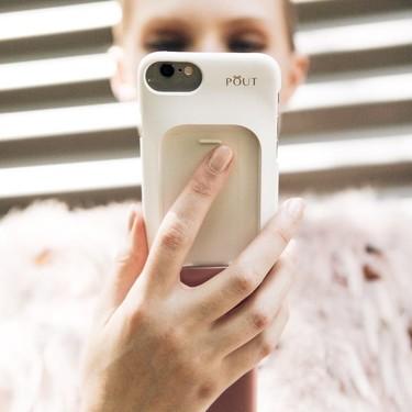La AEDV alerta: el abuso de las pantallas puede estar afectando a nuestra piel (y estos productos se han creado para protegerla)