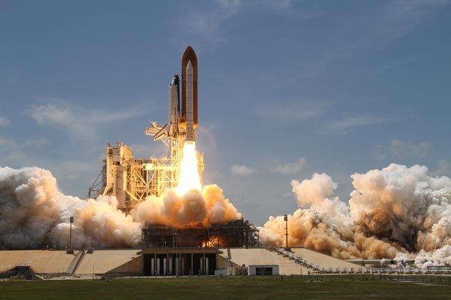 Transbordador espacial Atlantis despegando