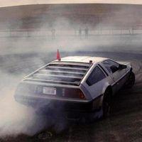 Video: este DeLorean no vuela, pero hace drift de forma autónoma
