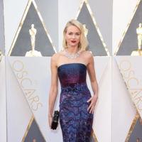 Naomi Watts vuelve a apostar por el escote palabra de honor en los Oscar 2016