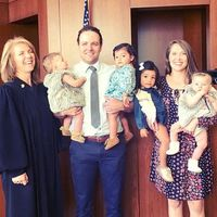 Una curiosa historia de adopción: padres de cuatro niñas en 24 horas