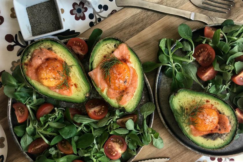 Aguacates al horno rellenos de salmón y huevo, receta con vídeo incluido