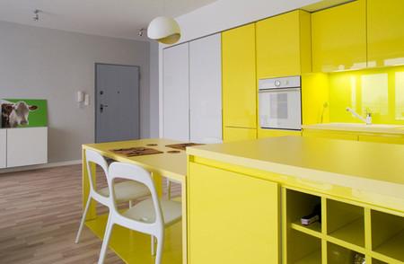 Un apartamento en Cracovia donde los colores primarios son protagonistas