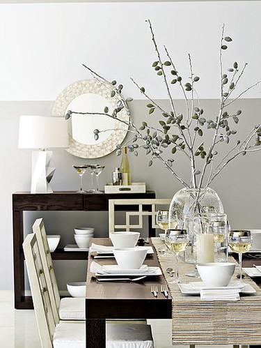 Las ideas más económicas: centro de mesa con unas ramas y spray plateado