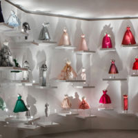 Un muro con los modelos más icónicos creados por Dior para dar la bienvenida a los asistentes a las Jornadas Particulares