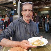 Mohammad Ikermawi hace uno de los mejores hummus de Jerusalén, y tiene dos secretos que no conoces para que quede perfecto