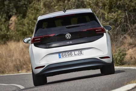 Volkswagen ID.3 trasera en curva