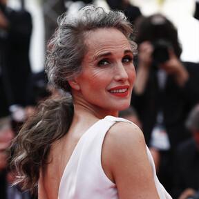 Si os enamoró el pelo con canas de Andie MacDowell en Cannes, tenemos claves de expertos para llevar a cabo la transición y lucir una preciosa melena