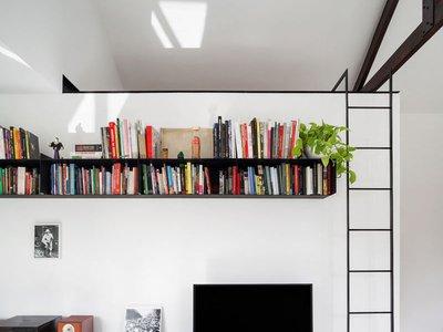 Lo mejor de un apartamento pequeño con techo alto, es la posibilidad de tener un altillo