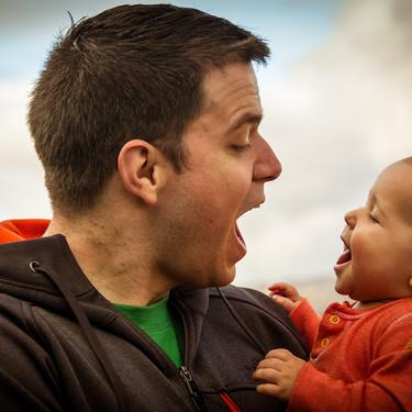 Los pediatras recomiendan que los papás pasen tiempo con sus hijos porque su manera de tratarlos es diferente a la de las mamás